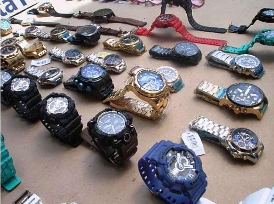 Relógios falsificados foram encontrados em carga proveniente da China (Foto: Divulgação/Receita Federal)