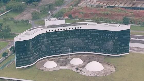 Imagem aérea da sede do TSE em Brasília nesta quinta (Foto: TV Globo/Reprodução)