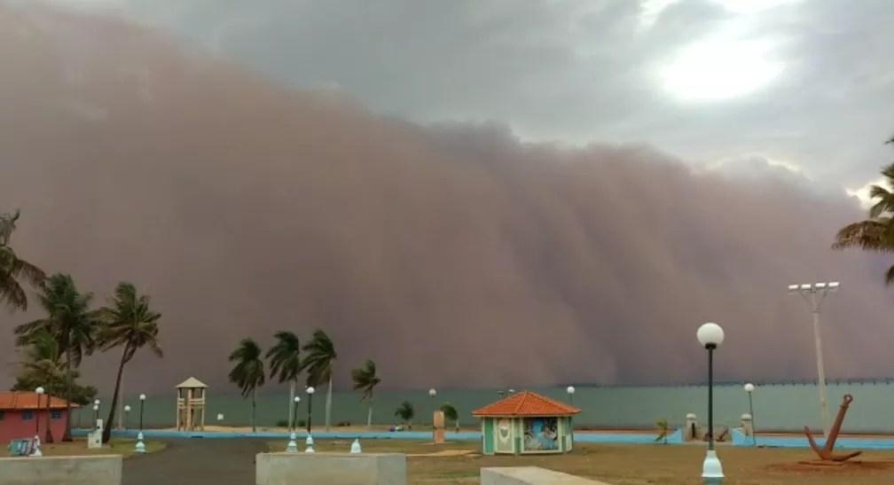 Comerciante flagrou nuvem de areia gigante em Pereira Barreto — Foto: Divulgação/Moacir da Silva