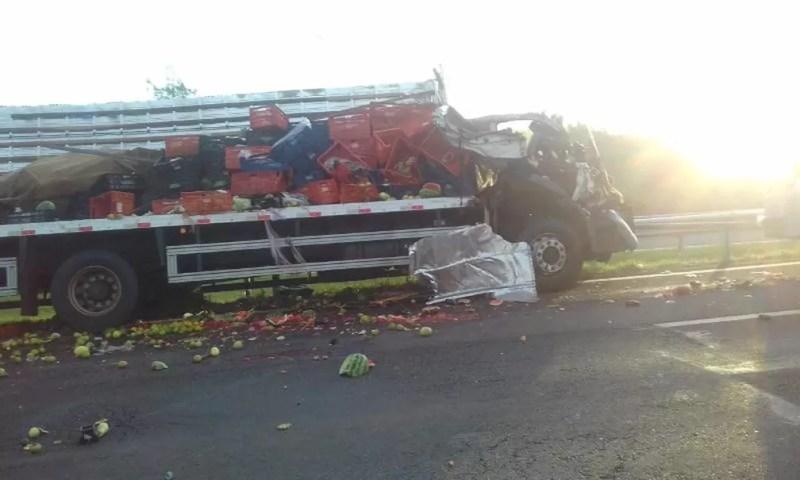 Caminhão carregava hortifruti quando bateu na traseira de outro caminhão — Foto: Arquivo Pessoal