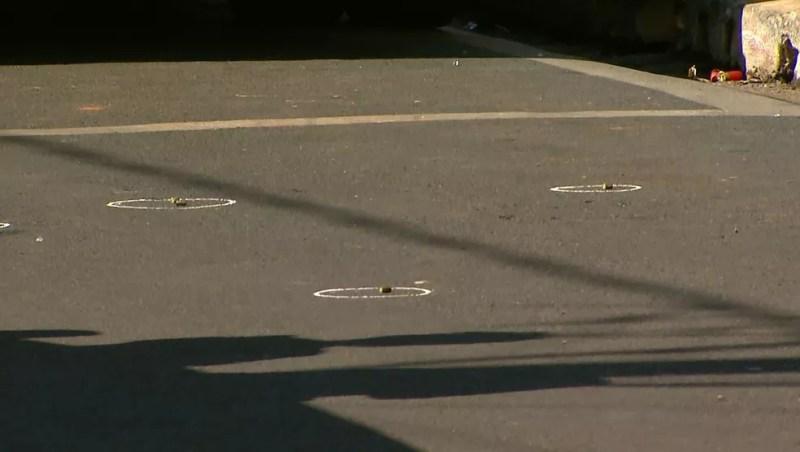 Cápsulas de munição ficaram espalhadas pela rua na porta de agência bancária em Guariba, SP — Foto: Valdinei Malaguti/EPTV