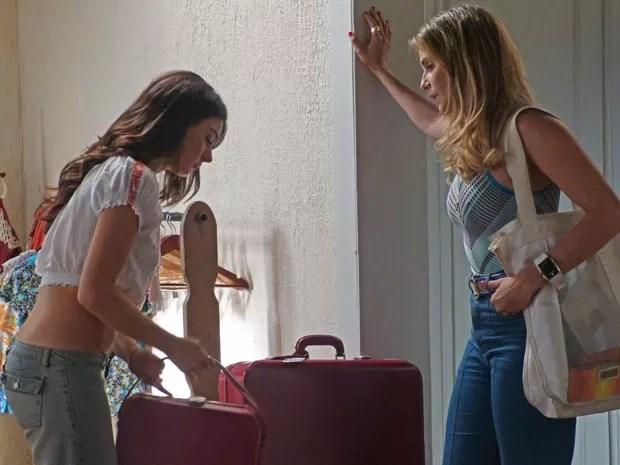Em vão, Inês tenta impedir a amiga de ir morar na mansão (Foto: Claudia Esteves/Gshow)