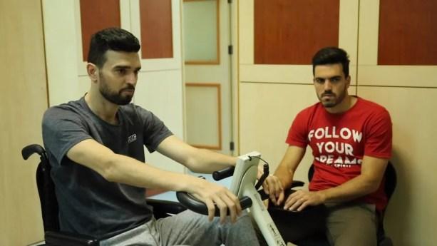 Alessandro ao lado de Leandro: irmão abandonou contrato na Indonésia para ajudar o familiar — Foto: Reprodução/TV Globo