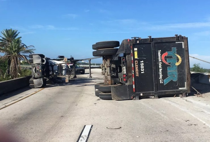Caminhão transportava uma peça de metal sofreu um acidente. A sucata caiu e atingiu o veículo  (Foto: Florida Highway Patrol via AP)