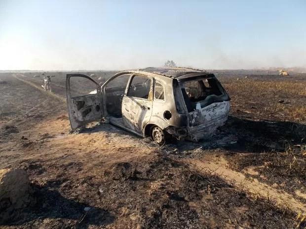 Carro pegou fogo no sul do Tocantins e chamas se espalharam por pasto