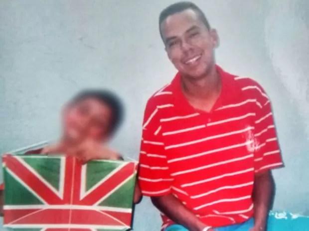Alex de Morais (ao lado do filho) morreu quando voltava do trabalho (Foto: Arquivo pessoal)