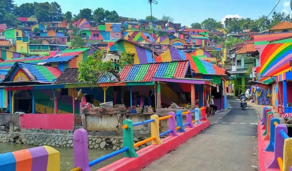 Povoado foi inteiro pintado com diferentes cores (Foto: arieprakhman/Reprodução/Instagram)