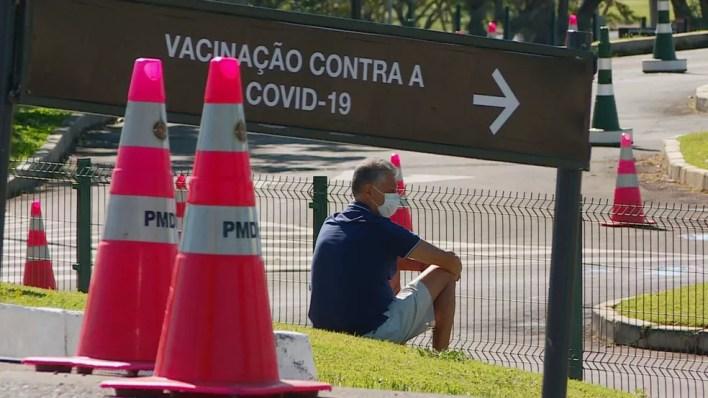 Homem aguarda para vacinação contra a Covid-19 no Lago Norte, no DF, em imagem de arquivo — Foto: TV Globo/Reprodução