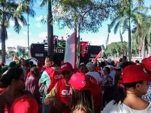 Manifestantes se reunem na Lagoa do Parque Solon de Lucena, no centro de João Pessoa, na Paraíba (Foto: Krystine Carneiro/G1)