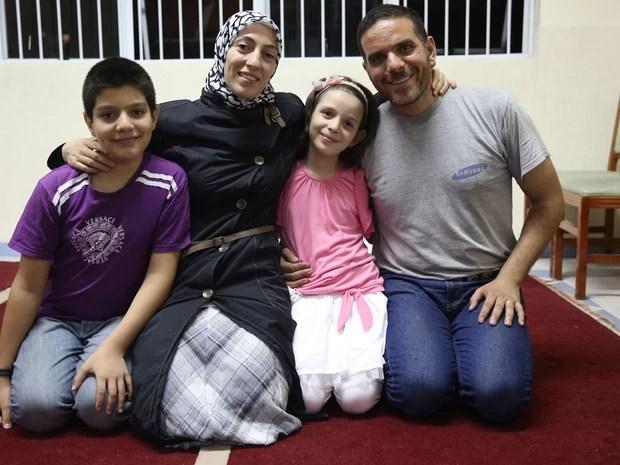 Talal com a mulher, Ghazal, e os filhos Riad (à esq.) e Yara.  (Foto: Gabriel Chaim/G1)