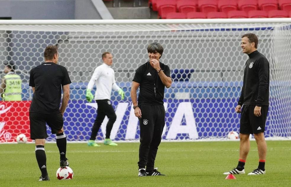 Joachim Löw conversa com o assistente Klose e o diretor Bierhoff durante treino (Foto: EFE/Sergey Dolzhenko)