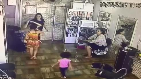 POLICIA PRENDE MÃE SUSPEITA DE USAR FILHAS DE 3 E 10 ANOS PARA ROUBAR
