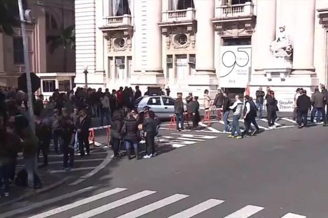 Agentes da segurança protestam no Palácio Piratini contra parcelamento de salários no RS, em 2016 — Foto: Reprodução/RBS TV