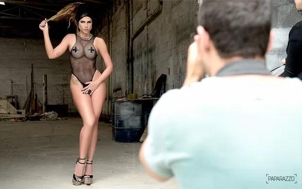 Making of Mari Gonzalez posando para o Paparazzo (Foto: Roberto Teixeira / Paparazzo)