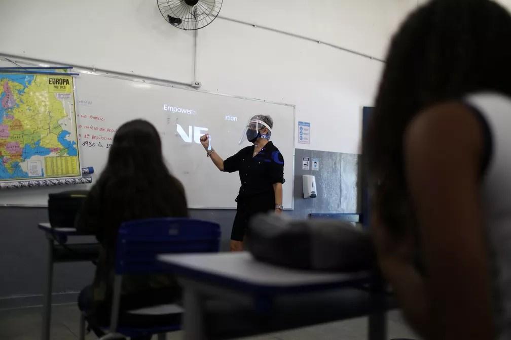 Foto mostra aula em novembro na Escola Municipal de Aplicação Carioca Coelho Neto, no Rio de Janeiro, enquanto algumas escolas retomam a abertura gradual. — Foto: Pilar Olivares/Reuters