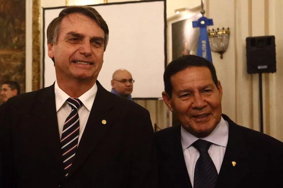 O candidato à Presidência pelo PSL, Jair Bolsonaro, posa para foto ao lado do general Mourão durante sua posse na presidência do Clube Militar, no centro do Rio de Janeiro, em junho de 2018 (Foto: Fábio Motta/Estadão Conteúdo)
