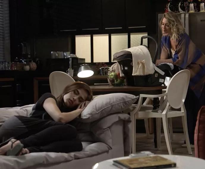 Socialite aproveita cochilo de Margot para fugir com Maria (Foto: TV Globo)