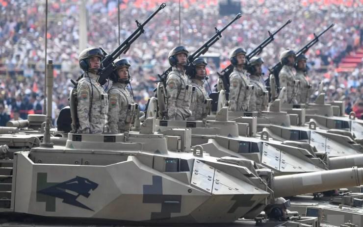 Tanques desfilam em  Pequim — Foto: Greg Baker / AFP Photo