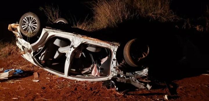 Carro da família ficou destruído — Foto: PRF/Divulgação