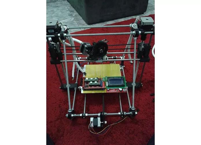 Brasilieiro montou sua impressora 3D sozinho para criar as próteses (Foto: Arquivo Pessoal/Marcelo Botelho)