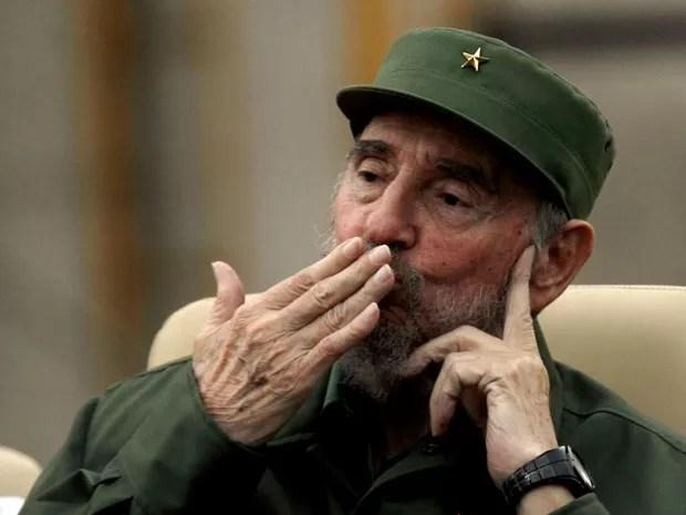 Fidel Castro manda beijo para o público ao discursar nesta terça-feira (28) em Havana. (Foto: AP)