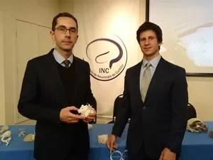 André Leal e Felipe Marques apresentaram estudo para grupo de médicos (Foto: Samuel Nunes/G1)