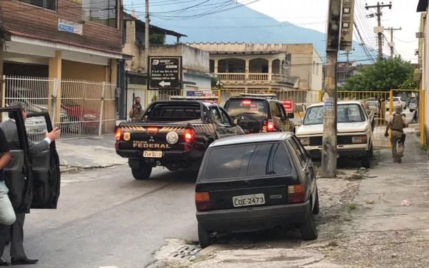 Agentes estão em Bangu cumprindo mandados de busca e apreensão (Foto: Bruno Albernaz / G1)