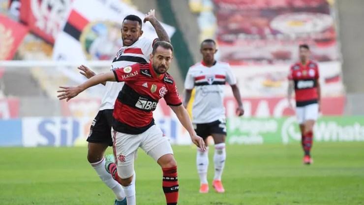 Everton Ribeiro e Welington disputam em Flamengo x São Paulo