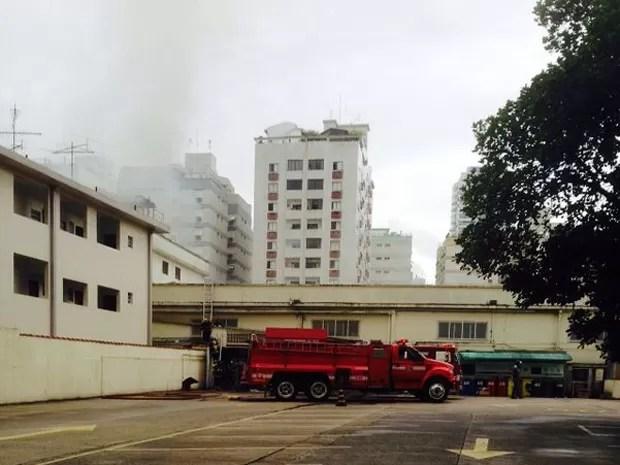 Caminhões dos bombeiros cercaram o supermercado em Santos (Foto: Eduardo Silva / G1)