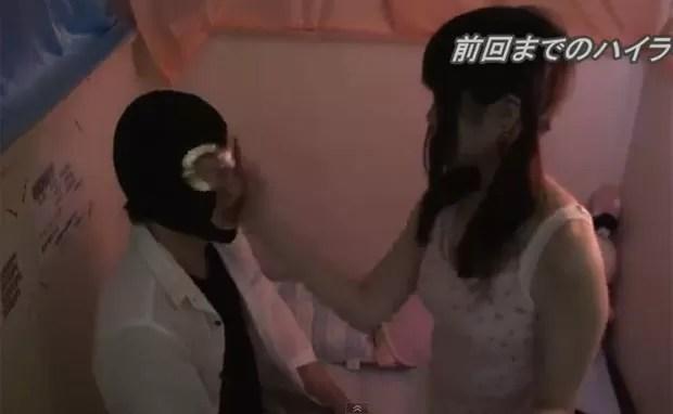 Cliente paga 8,50 euros (R$ 22,90) para levar um tapa no rosto (Foto: Reprodução)