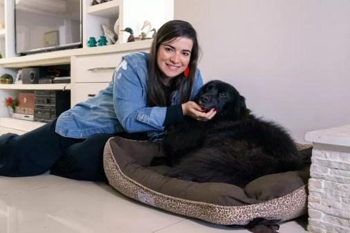 A administradora Gabriela Masson e Jack, seu primeiro animal adotado; Gabriela fundou a ONG Amigos de São Francisco para cuidar de cães e gatos abandonados — Foto: Marcelo Brandt/G1