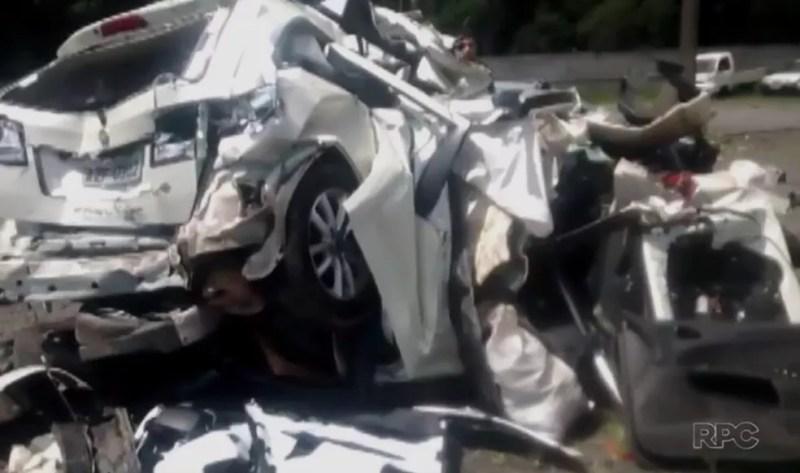 Carro ficou completamente destruído após batida (Foto: Reprodução/RPC)