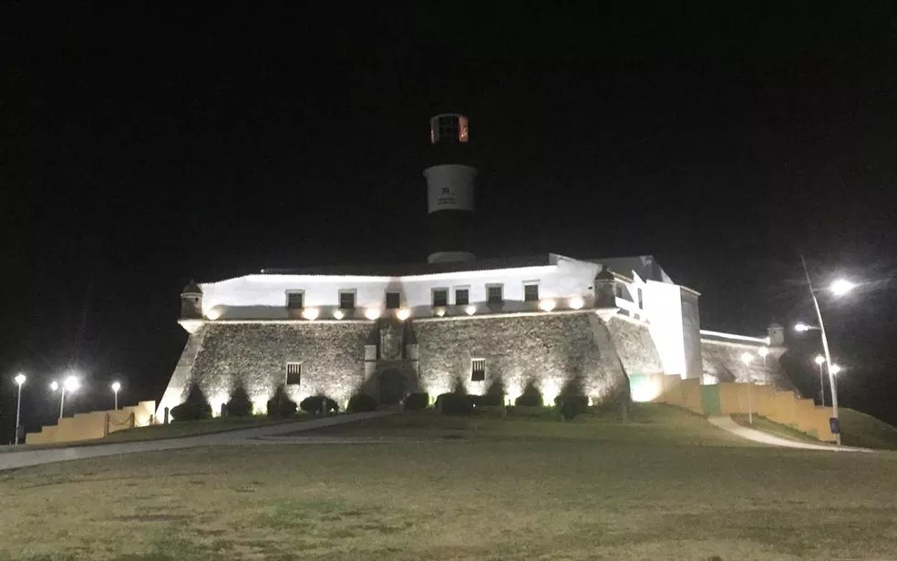 Farol da Barra, ponto turístico de Salvador completamente vazio na noite desta sexta (19), primeiro dia de toque de recolher na Bahia — Foto: Dalton Soares/TV Bahia