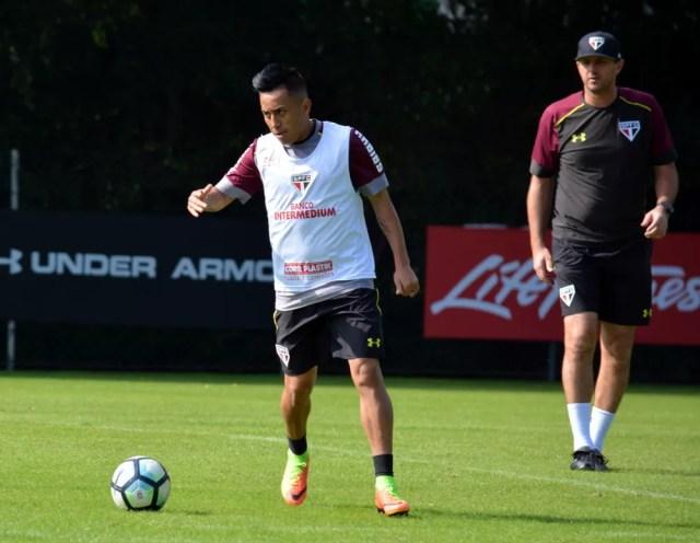 Cueva retornou ao São Paulo e treina sob os olhares de Rogério Ceni (Foto:  Érico Leonan / saopaulofc.net )
