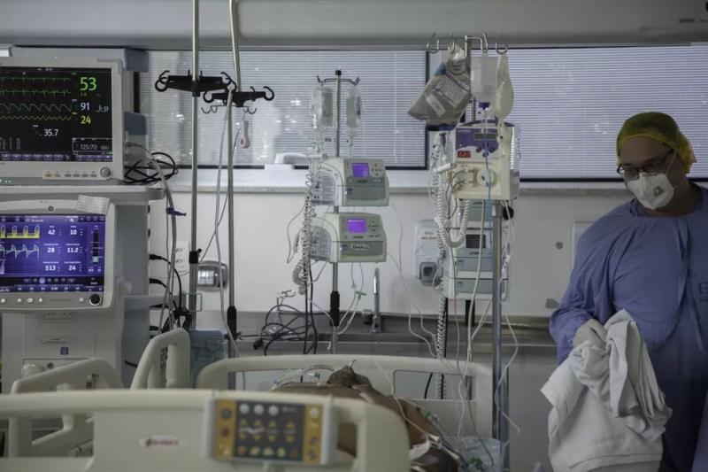 Médicos trabalham na recuperação de pacientes internados com coronavírus na UTI do hospital Emílio Ribas, região central de São Paulo, em julho de 2020. — Foto: Bruno Rocha/Estadão Conteúdo