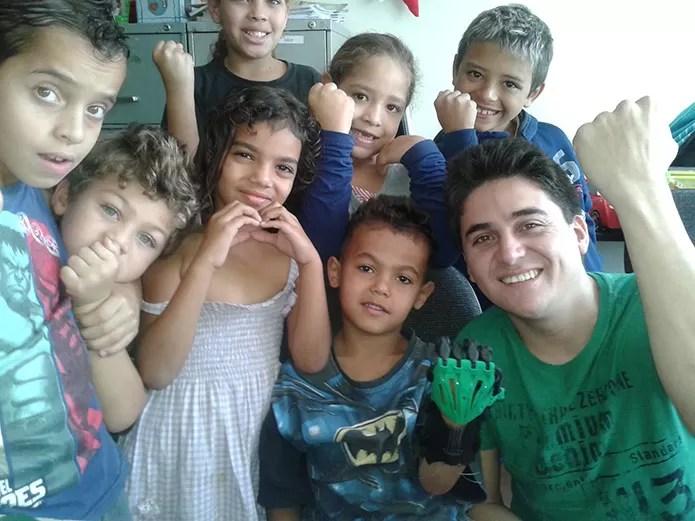 Brasil está entre os participantes de ONG que facilita impressão 3D de próteses para crianças (Foto: Arquivo Pessoal/Marcelo Botelho)