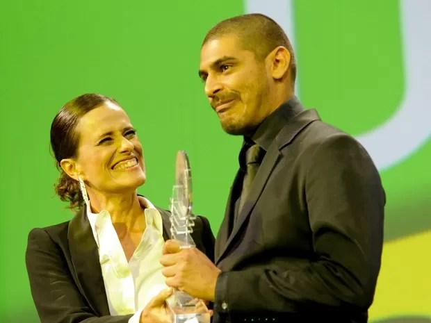 Criolo recebe troféu durante o 23º Prêmio da Música Brasileira, na noite desta quarta- feira (13), no Theatro Municipal do Rio de Janeiro (Foto: Marcelo Cortes/FotoArena/Agência Estado)