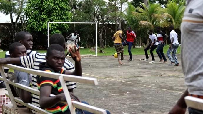 abrigo haitianos futebol copa do mundo Rio Branco Acre (Foto: João Paulo Maia)