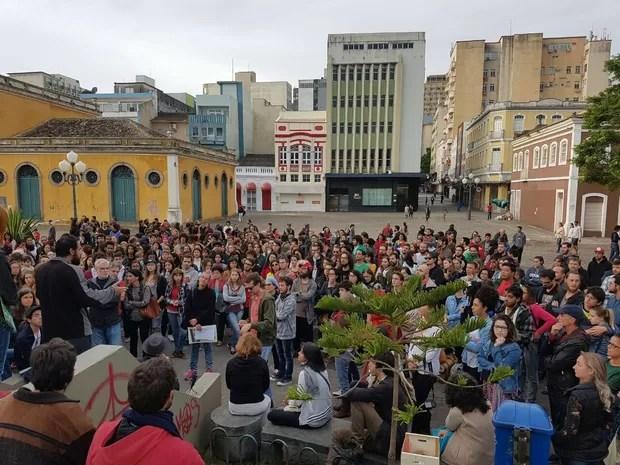 Ato contra o presidente em exercício Michel Temer é registrado em Florianópolis  (Foto: João Costa/Divulgação)