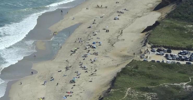 Após o incidente, a polícia local fechou a praia de Newcomb Hollow, para realizar investigações — Foto: Steve Heaslip/AP