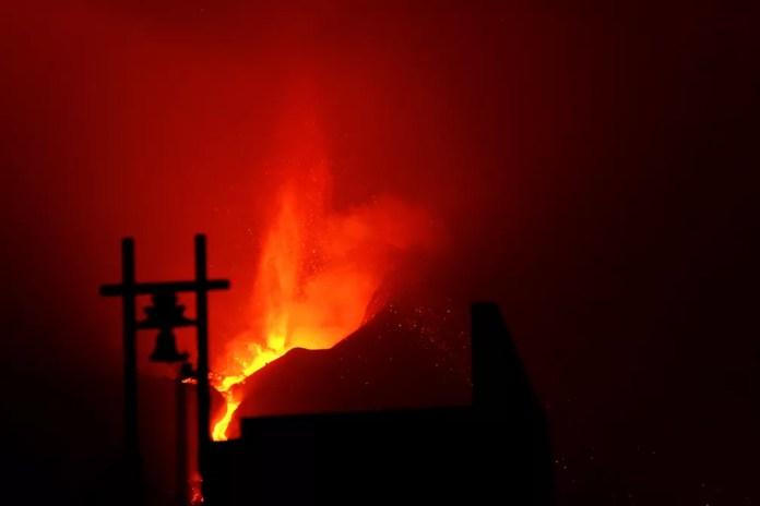 O fluxo de lava, com temperaturas de até 1.240 graus celsius, destruiu os últimos edifícios que resistiam na vila de Todoque — Foto: AP Photo/Daniel Roca