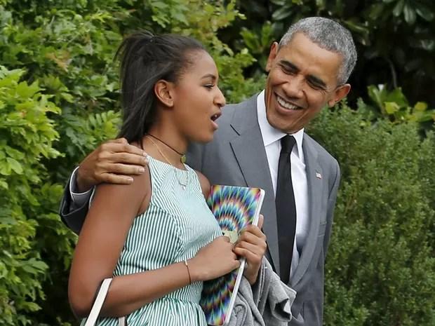 O presidente dos EUA, Barack Obama, com a filha Sasha na sexta (17), ao deixar a Casa Branca (Foto: REUTERS/Kevin Lamarque)