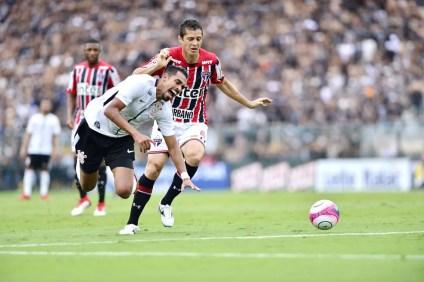 Anderson Martins foi titular no clássico contra o Corinthians (Foto: Marcos Ribolli)
