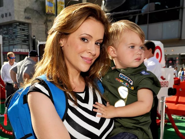 A atriz Alyssa Milano posa com seu filho Milo Thomas em evento do filme 'Aviões' (Foto: John Sciulli/Getty Images/AFP)