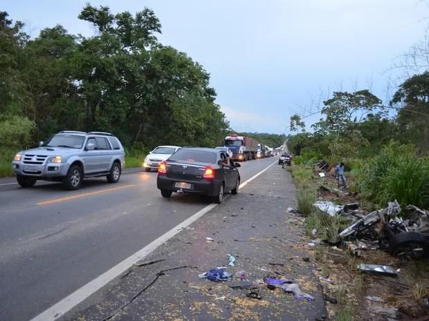 Com impacto, carreta e automóvel foram jogados para fora da rodovia (Foto: Rogério Aderbal/ G1)