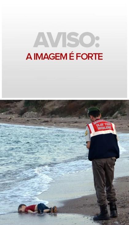 Policial paramilitar turco investiga o local onde apareceu o corpo de uma criança imigrante numa praia de Bodrum, na Turquia (Foto: AP)