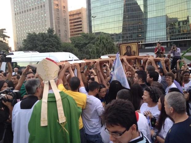 Cruz é recebida com festa pelos fiéis no Centro do Rio (Foto: Cristiane Cardoso/G1)