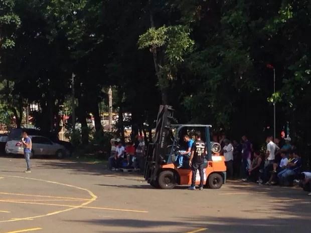 Moradores relatam que veem pessoas treinando uso de empilhadeiras no estacionamento Goiás Goiânia (Foto: Arquivo Pessoal/José Martins)