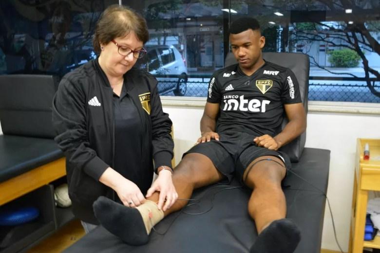 Luan, do São Paulo, inicia fisioterapia no Reffis, no CT da Barra Funda — Foto: Érico Leonan / saopaulofc.net