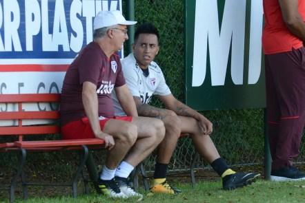 Cueva teve longa conversa com Dorival Júnior no treino de sexta-feira (Foto: Antônio Cícero/Estadão Conteúdo)